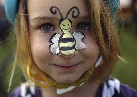 Fetita cu albina pictata pe nas
